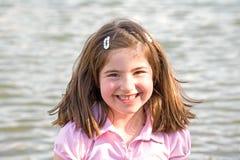 Bambina davanti ad acqua fotografia stock