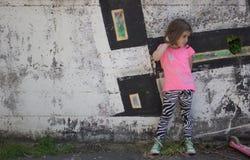Bambina davanti alla parete dei graffiti Fotografie Stock