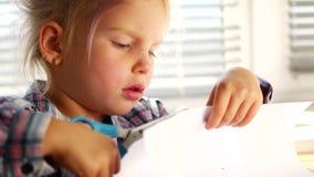 Bambina deftly controllata con le forbici video d archivio