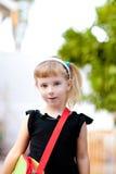 Bambina dei bambini che va al banco con il sacchetto Fotografie Stock Libere da Diritti