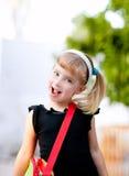 Bambina dei bambini che va al banco con il sacchetto Immagini Stock