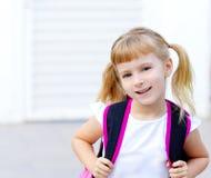 Bambina dei bambini che va al banco con il sacchetto Fotografia Stock Libera da Diritti