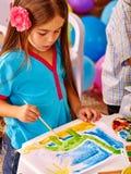 Bambina del gruppo con la pittura della spazzola dentro Fotografia Stock