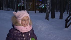 Bambina del ritratto che cammina sul villaggio del cottage di sera sulla notte di Natale archivi video