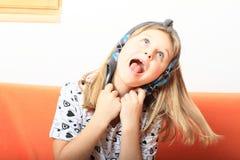 Bambina di canto Immagini Stock