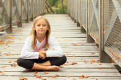 Bambina di pensiero sul ponte Fotografia Stock