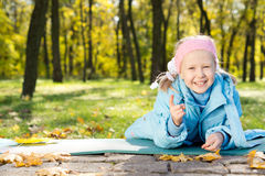 Bambina di risata che indica alla macchina fotografica Immagine Stock Libera da Diritti