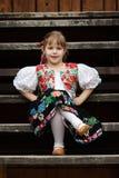Bambina di seduta in costume tradizionale Fotografie Stock Libere da Diritti