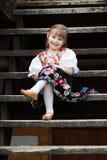 Bambina di seduta in costume tradizionale Fotografia Stock Libera da Diritti