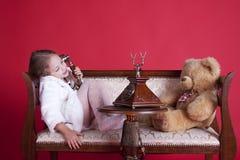 Bambina di smiley che comunica dal telefono fotografie stock