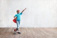 Bambina di volo e un cane fotografia stock