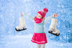 Bambina divertendosi al pattinaggio su ghiaccio nell'inverno Immagine Stock