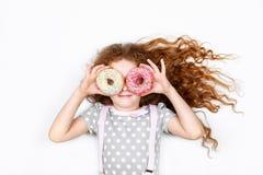 Bambina divertendosi con gli occhi delle guarnizioni di gomma piuma Fotografia Stock Libera da Diritti