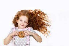 Bambina divertendosi con le guarnizioni di gomma piuma Alta vista superiore su backg leggero Immagine Stock