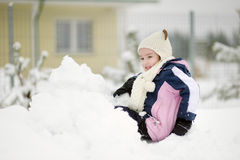 Bambina divertendosi il giorno di inverno Immagine Stock