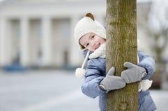 Bambina divertendosi il giorno di inverno Immagini Stock Libere da Diritti