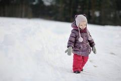 Bambina divertendosi il giorno di inverno Immagine Stock Libera da Diritti