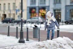 Bambina divertendosi il giorno di inverno Fotografie Stock Libere da Diritti