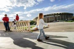 Bambina divertente che cammina con il fronte serio Fotografie Stock