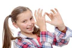 Bambina divertente che fa i fronti immagini stock