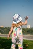 Bambina divertente che gioca con le bolle di sapone Fotografia Stock