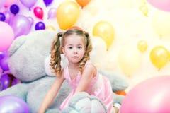 Bambina divertente che gioca nello studio con i palloni fotografia stock libera da diritti