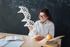 Bambina divertente che gode della classe di microbiologia alla scuola Immagine Stock Libera da Diritti