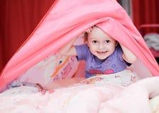 Bambina divertente con la tenda rosa fotografia stock libera da diritti