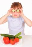 Bambina divertente con la zolla con le verdure immagine stock libera da diritti