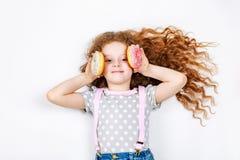 Bambina divertente con le guarnizioni di gomma piuma Fotografia Stock Libera da Diritti
