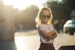 Bambina divertente dei pantaloni a vita bassa fotografia stock