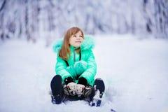 Bambina divertente divertendosi nel bello parco di inverno immagini stock libere da diritti