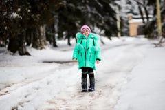 Bambina divertente divertendosi nel bello parco di inverno immagini stock