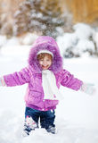 Bambina divertente felice in neve Fotografie Stock