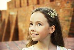 Bambina dolce che pensa all'aperto Fotografie Stock