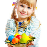 Bambina dolce con il piatto delle uova di Pasqua Fotografia Stock Libera da Diritti