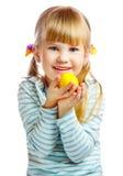 Bambina dolce con l'uovo di Pasqua giallo Immagine Stock