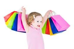 Bambina dolce dopo la vendita con le sue borse variopinte Fotografia Stock Libera da Diritti