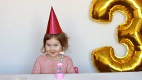 Bambina, dolce e partito svegli Il bambino felice divertente si rallegra sul buon compleanno Il concetto di una festa del ` s dei archivi video