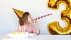 Bambina, dolce e partito svegli Il bambino felice divertente si rallegra sul buon compleanno Il concetto di una festa del ` s dei stock footage