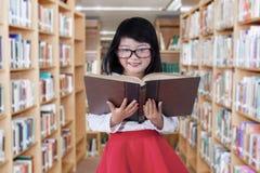Bambina dolce nella biblioteca Fotografie Stock