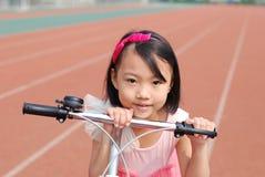 Bambina e bicicletta asiatiche Fotografia Stock Libera da Diritti