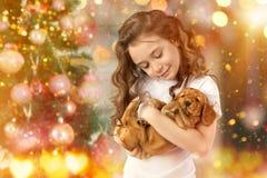 Bambina e cane felici accanto all'albero di Natale Nuovo anno 2018 Concetto di festa, Natale, fondo del nuovo anno Immagini Stock
