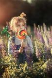 Bambina e caramella fotografia stock libera da diritti