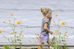 Bambina e fiori Fotografie Stock