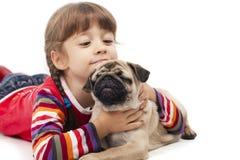 Bambina e il Pug-cane Fotografia Stock Libera da Diritti