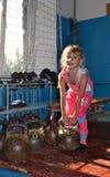 Bambina e kettlebell Fotografia Stock Libera da Diritti