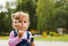 Bambina e le bolle Fotografie Stock Libere da Diritti