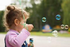 Bambina e le bolle Fotografie Stock