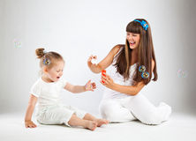 Bambina e le sue bolle di salto della madre Fotografia Stock Libera da Diritti